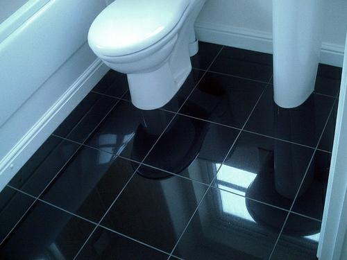 schwarze fliesen badezimmerboden idee wc punkte in fliesenfugen