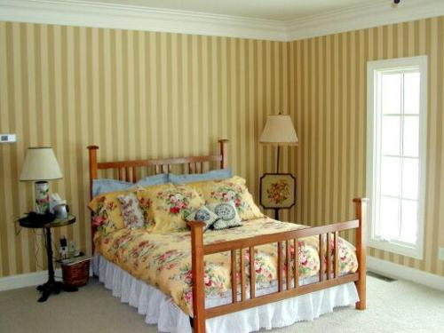 behaglich schlafzimmer idee deko streifen gelbe braune farbtöne hell