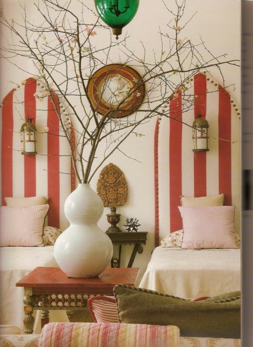 bett design mit kopfteil streifen übergross rot weiß