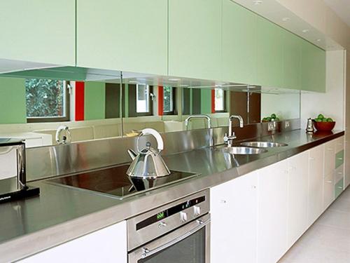 blass grün obere küchenschränke spiegel arbeitsplatte