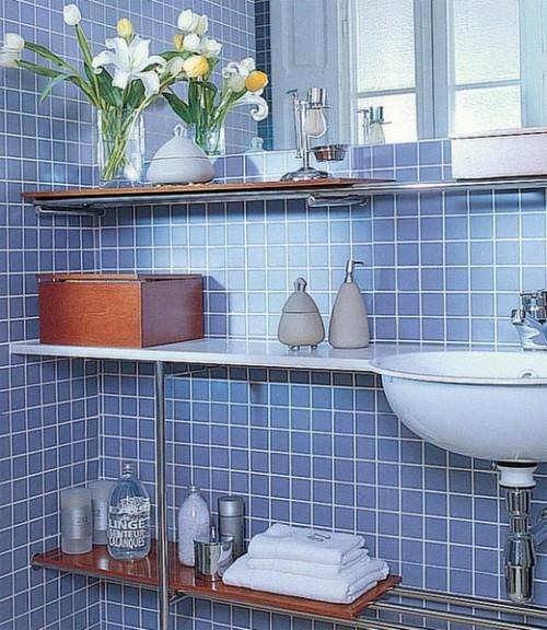 blau fliesen badezimmer klein regale schönheitsprodukten