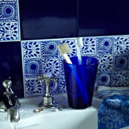 blau fliesen spiegel badezimmer idee zahnbürste