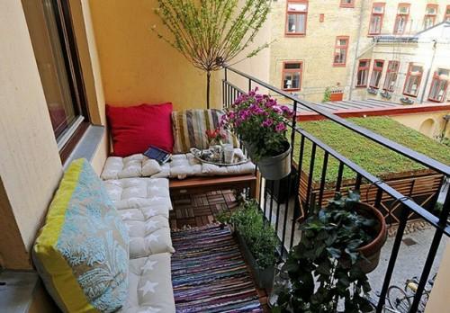 bunt sitzbänke einen gemütlichen Balkon klein angenehm frisch sonne genießen