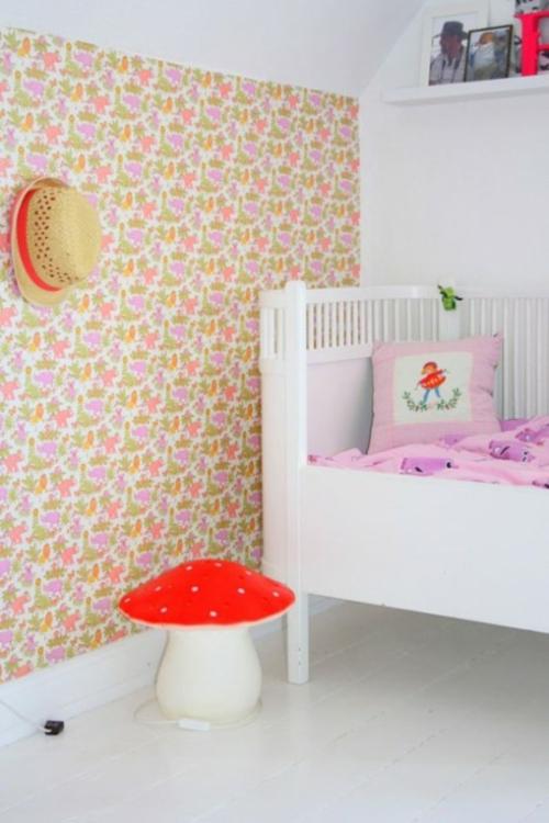 Stilvolle Kinderzimmer Idee für Zwillingsmädchen in rosa, weiß und rot