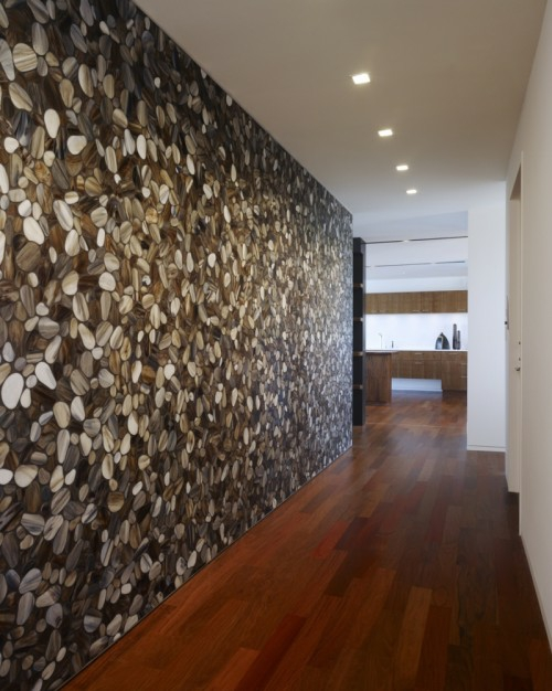 Dekoration mit Brennholzmuster  die Wand im Flur