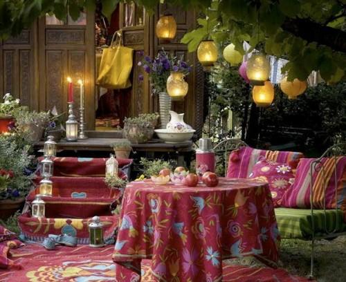 dekorative beleuchtung im garten bunt märchenhaft