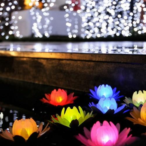 dekorative beleuchtung im patio bereich bunt wasserlilien