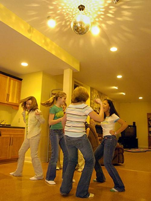 modernes Interieur mit Discokugeln party fröhlich feierlich tanzen