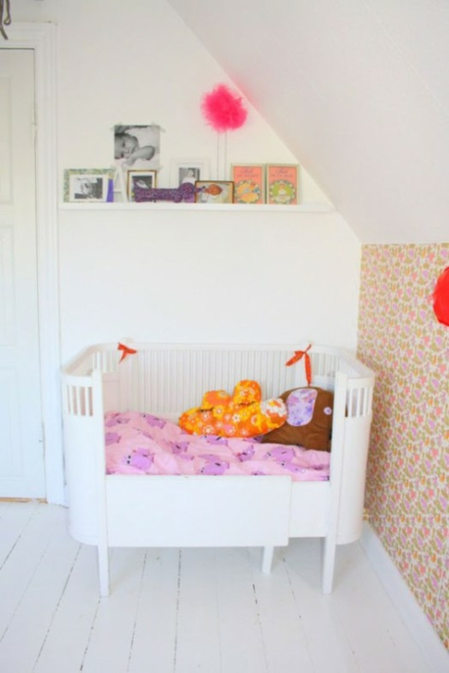 stilvolle kinderzimmer idee für zwillingsmädchen in rosa, weiß und rot - Kinderzimmer Rosa Rot