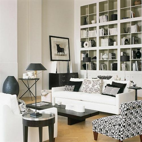 eingebaute regale weiß schwarz bücher stehlampen
