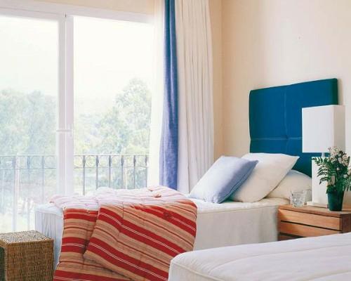 einzelbetten schlafzimmer wunderschän ausblick streifen bettdecke