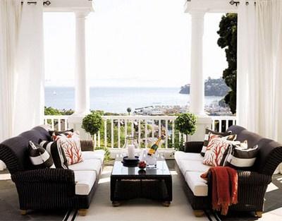 elegante-Dachterrasse-Rattanmöbel-Sofa-Tisch-Kissen