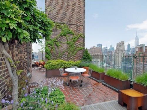 elegante Dachterrasse schöne Stühle Metall Tisch