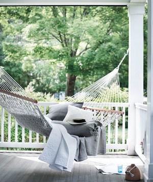 elegante hängematte weiße farbe graue kissen veranda