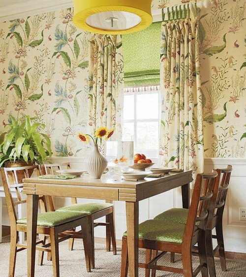 Interieur Ideen im französischen Landhausstil  holzmöbelstücke florale muster wände grün farbe