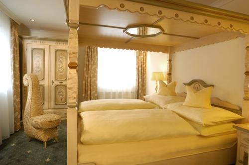 Luxus himmelbett  Himmelbett im Schlafzimmer - 23 stilvolle und extravagante Ideen