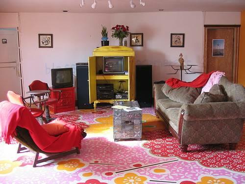farbenfrohe ausstattung wohnzimmer gemütlich boden blumen muster bemalt