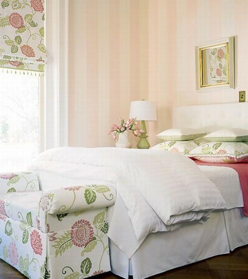 französischen landhausstil schlafzimmer pastellfarben vertikale streifen wand