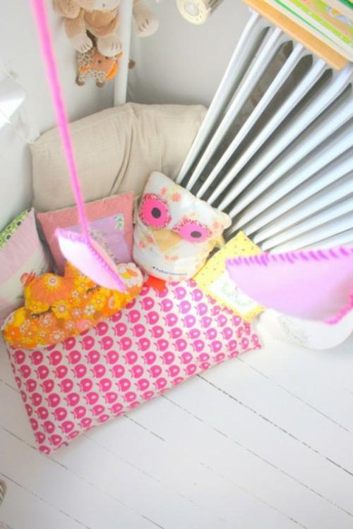 stilvolle kinderzimmer idee f r zwillingsm dchen in rosa wei und rot. Black Bedroom Furniture Sets. Home Design Ideas