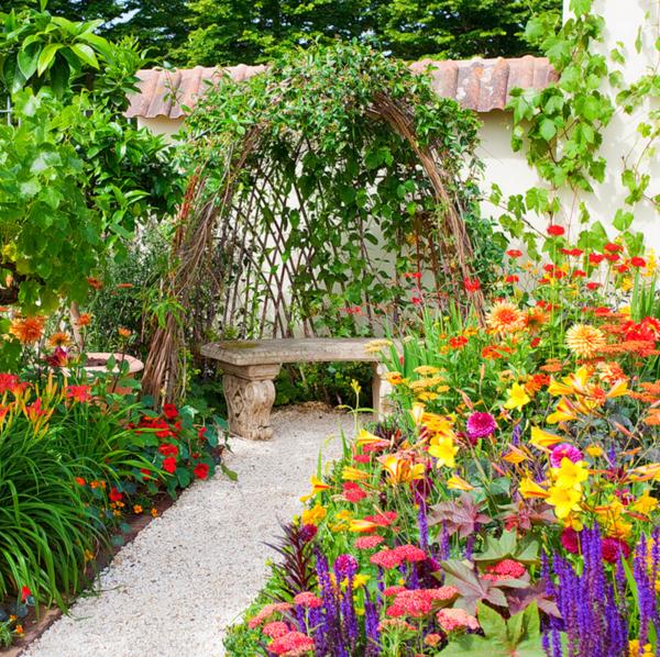 gartenblumen gehweg kiessteine kletterpflanzen gartenideen