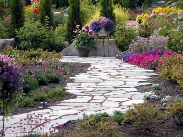 gartenideen steinplatten pflanzen gehweg kübelpflanzen