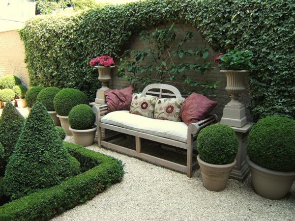 gartenmöbel sitzbank holz dekokissen buchsbaumhecke topfpflanzen kletterpflanzen efeu