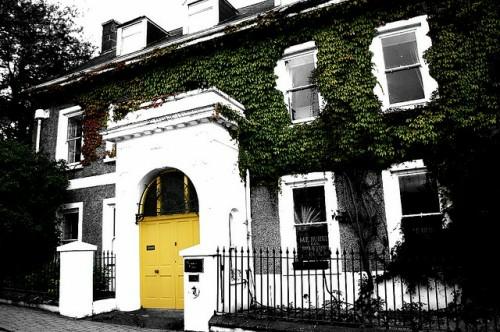 gelbe eingangstür originell grell märchenhaft