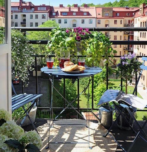 gemütlich balkon design lehnstühle schwarz metallisch rund tisch blumenkasten blumentöpfe