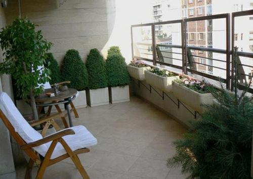 einen gemütlichen Balkon lehnstühle weiß bequem dekorativ strauß rund tisch