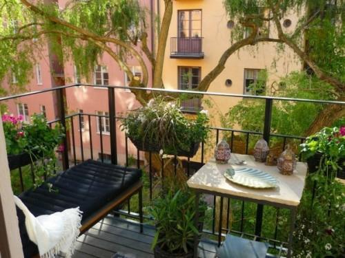 gemütlich balkon design sitzbank bequem blumentöpfe tisch dekorativ