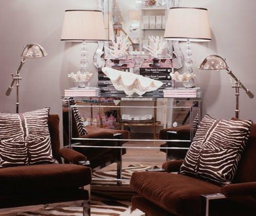 gemütlich braun samtsessel zebra kissen elegant tischlampe erhellt überall