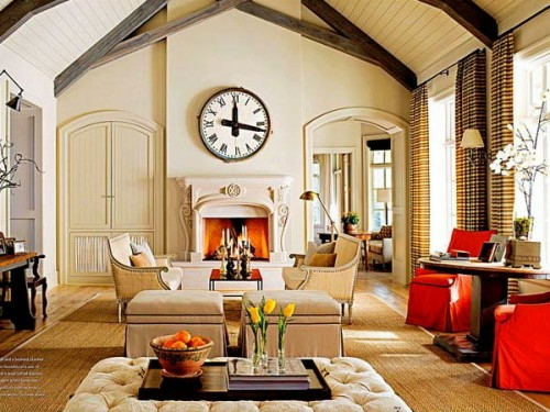 Wohnzimmer – kompakter, gläserner Tisch und hölzerner Wandbelag ...