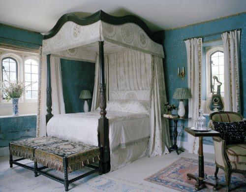 gesättigte blau farbe Himmelbett im Schlafzimmer interieur