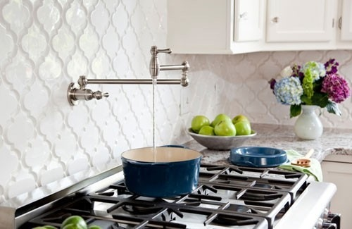 glanzvolle weiße küchenrückwand ideen blumenvase kochherd
