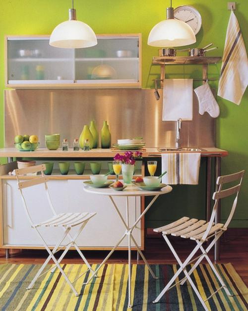 grün wände idee deko elemente geschirr klapptisch stühle schlicht