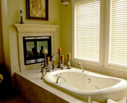 grüne wände badezimmer idee einbaukamin