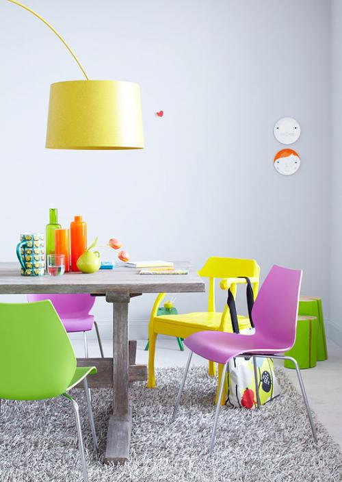 grell bunt deko elemente weich teppich tisch naturholz grün gelb stehlampe