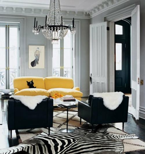 zebra wohnzimmer:Stilvolles Zebrastreifen-Design – grellgelbes Sofa und schwarze Sessel
