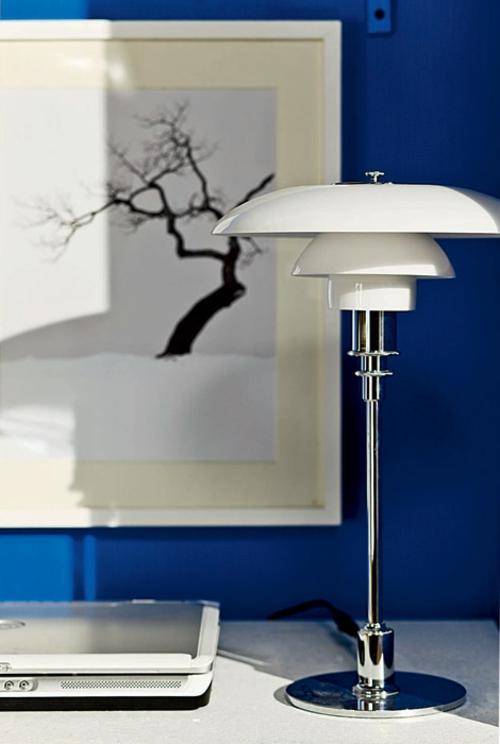häusliches arbeitszimmer design idee blau metallisch tischlampe