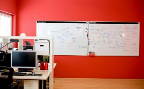 heimbüro rot auffallend grell wände wandtafel weiß schreibtisch computer