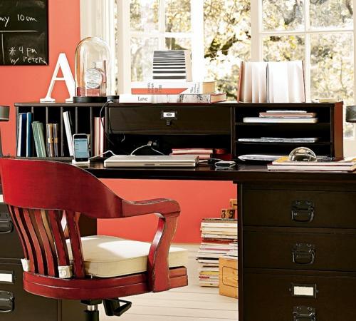 heimbüro verschiedene rote nuancen holz stuhl bequem regale Heimbüro mit roten Akzenten