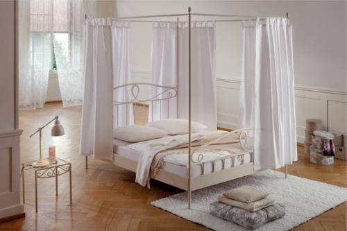 Himmelbett im Schlafzimmer idee weiß schlicht holz bodenbelag