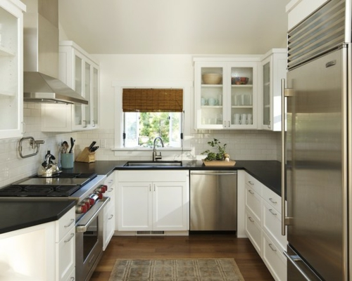 ihre kleine küche weiß schwarz hell atmosphäre idee obere küchenschränke