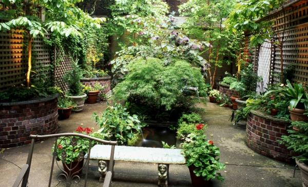 innenhof kleinen garten gestalten steinplatten ziegelsteine beete sitzbank geranien kübelpflanzen