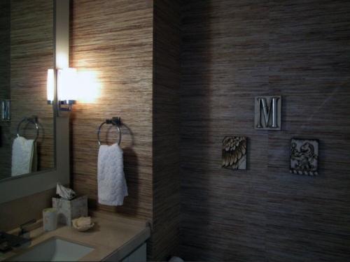 interessante naturtapeten badezimmer badetuch wandlampe spiegel