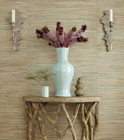 interessante naturtapeten keramik vase künstliche blumen holztisch