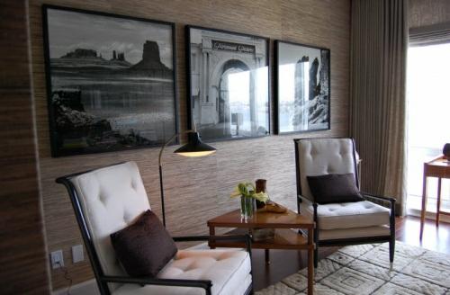 interessante-naturtapeten-wohnzimmer-weiß-sessel-bequem-originell-tischlampe-erhellt