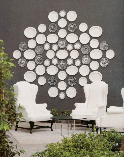 interessante wandteller collage idee weiß grau monochrom sessel bequem glastisch