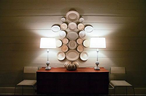 interessante wandteller collage tischlampen leuchtend originell schlicht interieur