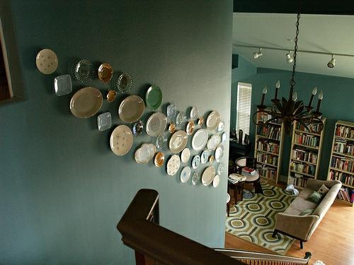 interessante wandteller collage treppenhaus extravagant auffällig